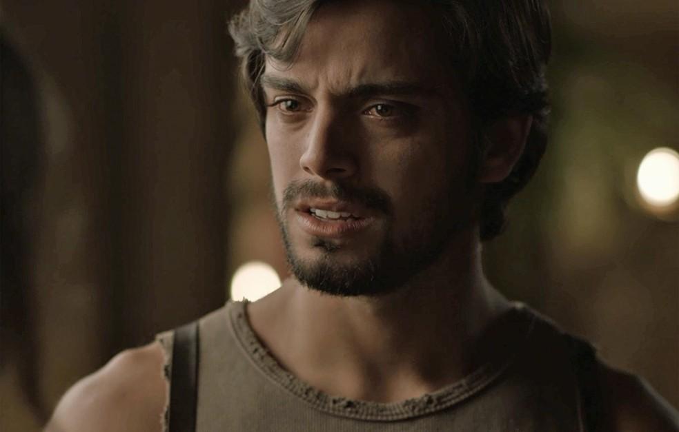 Ernesto fica arrasado e diz que Ema está apunhalando o coração dele... Tadinho! (Foto: TV Globo)