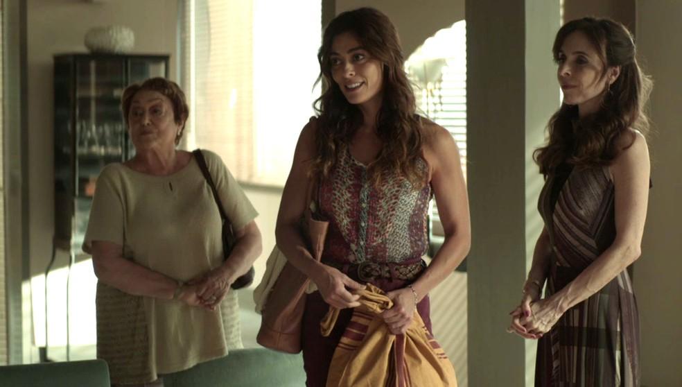 Maria da Paz (Juliana Paes) consegue emprego na casa de Gladys (Nathalia Timberg) e Lyris (Deborah Evellyn) — Foto: TV Globo