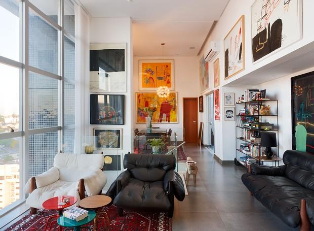 O clima de galeria de arte faz do apartamento do artista plástico Marcelo Solá um lugar pra lá de convidativo  (Foto: Paulo Rezende)