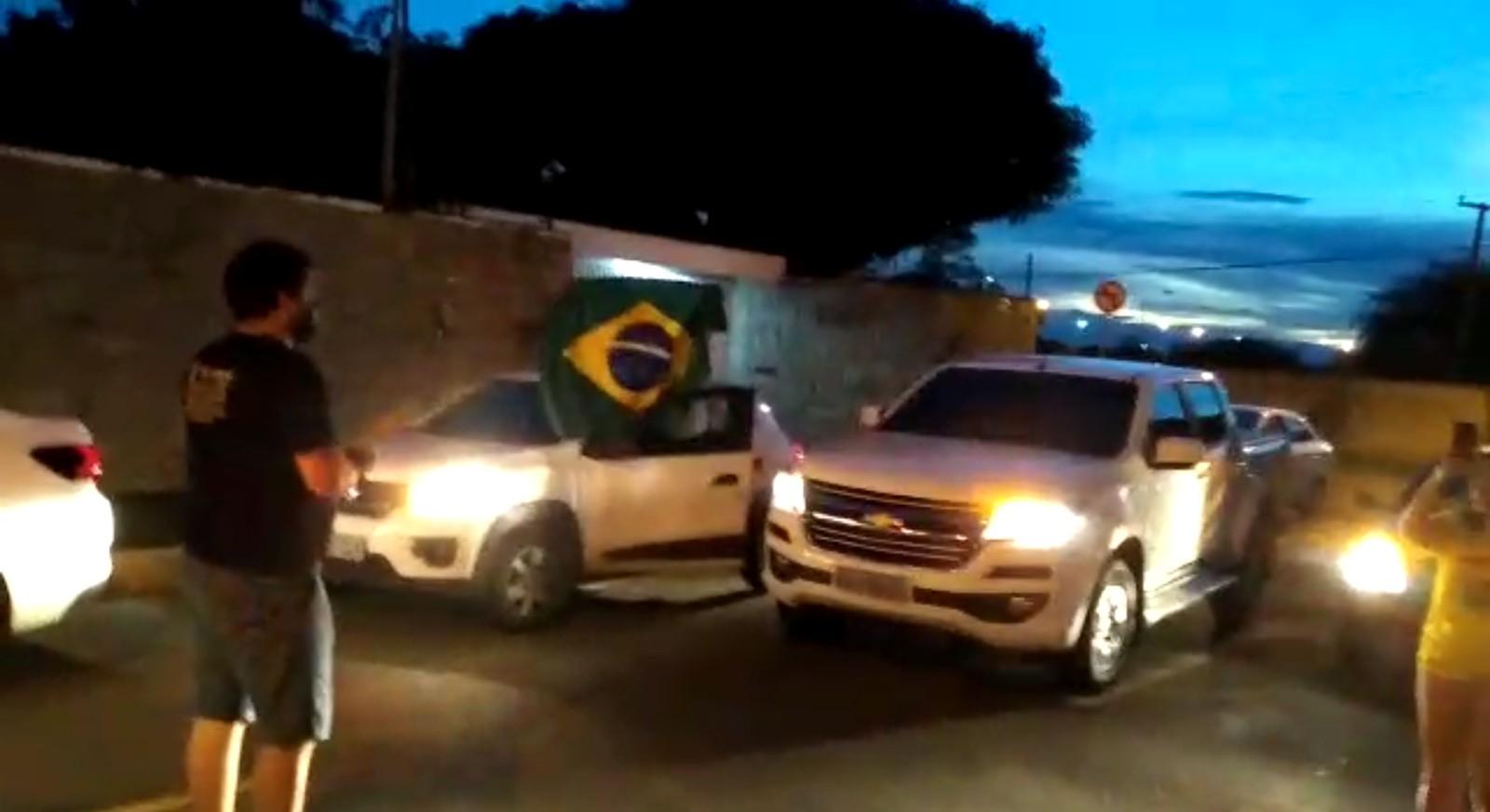 Grupo vai até a casa do prefeito de Teresina e pede abertura do comércio com buzinaço: 'atitude vil e covarde'