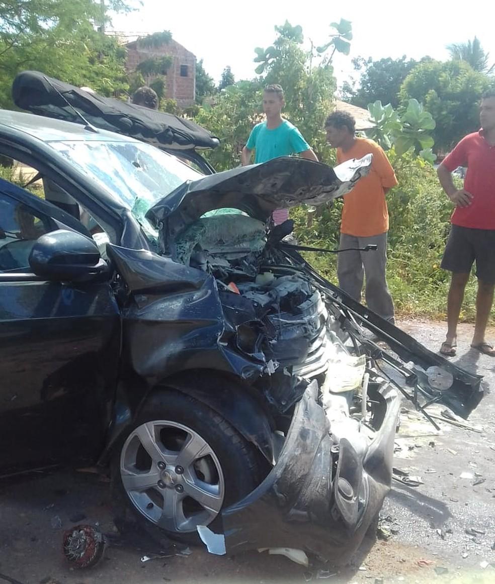 Passageiro é internado em estado grave após carro bater de frente com caminhão carregado de sal no RN — Foto: Redes Sociais