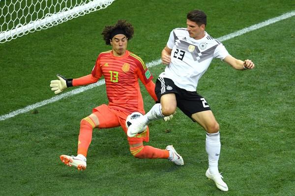 O goleiro mexicano Ochoa na vitória da seleção do México contra a Alemanha na primeira rodada da Copa do Mundo (Foto: Getty Images)