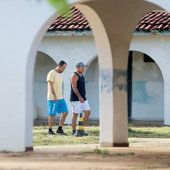 EM CASA Os sargentos Orlando Souza e Adivone Vitorino no batalhão de Conceição do Araguaia. Prisão sem portão e vigias (Foto: Adriano Machado/Época)