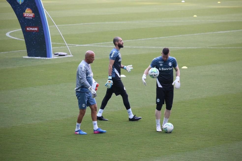 Vanderlei e Paulo Victor disputam vaga no gol do Grêmio — Foto: Lucas Bubols/ge