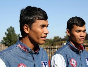 Gêmeos Alisson e Alan tentam chegar à final do rodeio de Barretos (Foto: Cleber Akamine)