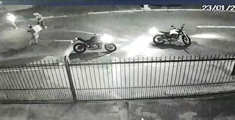 Policial militar atira contra dois assaltantes durante tentativa de assalto na Zona Leste de São Paulo — Foto: Reprodução/Câmera de segurança