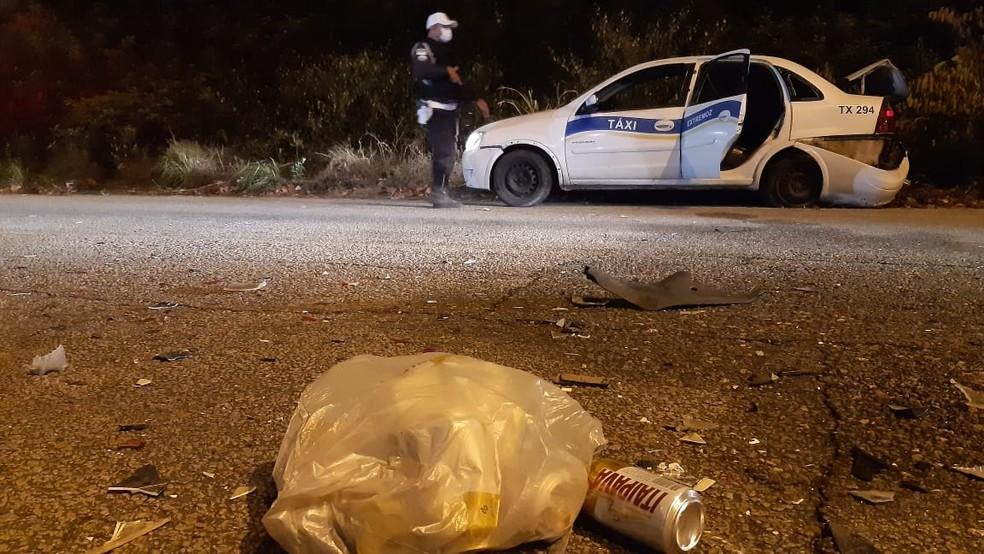 Latas de cerveja foram encontradas dentro de táxi após acidente em Natal; motorista fugiu  — Foto: Sérgio Henrique Santos/Inter TV Cabugi