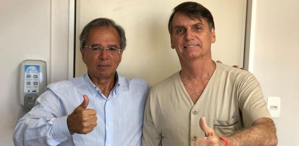 Jair Bolsonaro ao receber a visita de seu conselheiro econômico, Paulo Guedes, quando estava internado no Hospital Albert Einstein, em São Paulo — Foto: Arquivo pessoal