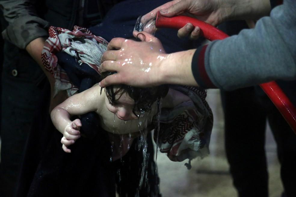 Criança é atendida em hospital em Duma, após suposto ataque químico na Síria em 8 de abril  (Foto: White Helmets/Reuters)