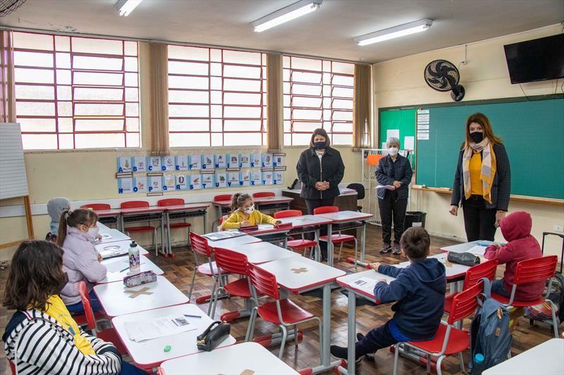 70% dos estudantes da rede municipal de Curitiba escolhem retornar a aulas totalmente presenciais, diz prefeitura