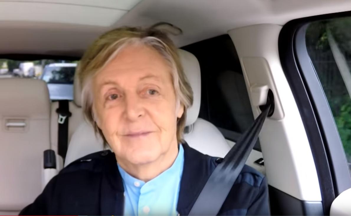 Paul McCartney canta hits e música recém-lançada em 'karaokê' dentro de carro em programa de TV