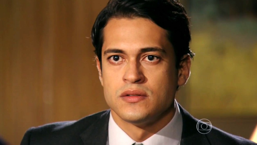 Hélio (Raphael Vianna) ameaça entregar Dionísio (Sérgio Mamberti) para a polícia - 'Flor do Caribe' — Foto: Globo