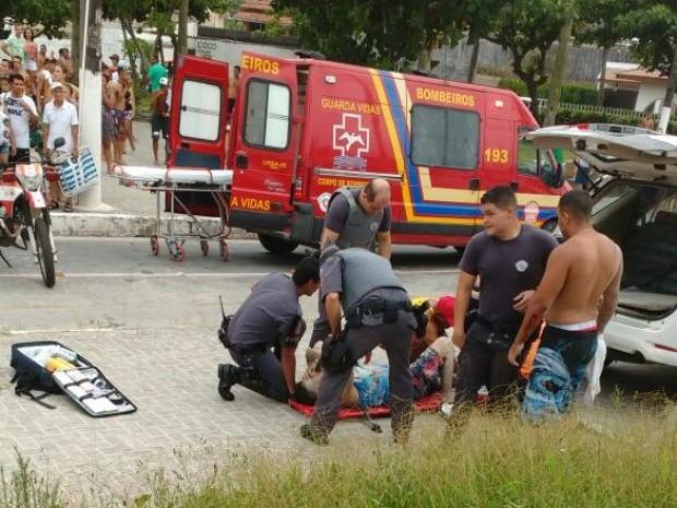 Bombeiros prestam socorro a uma das vítimas (Foto: Rubem Santos/Arquivo Pessoal)