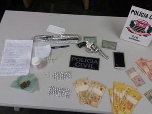 Homem é preso por tráfico de drogas no bairro Aroeira em Aparecida (Foto: Divulgação/Polícia Civil)