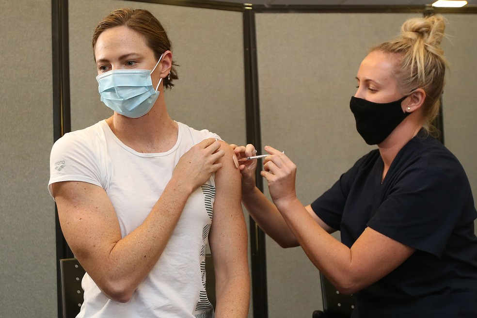 Nadadora Cate Campbell foi a primeira atleta australiana a receber a vacina contra a Covid-19 — Foto: Getty Images