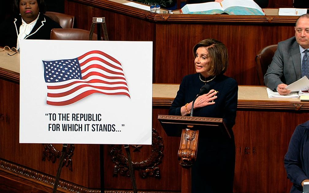 A presidente da Câmara dos EUA, Nancy Pelosi, durante a abertura do debate e votação dos artigos de impeachment do presidente Donald Trump, em Washington, na quarta-feira (18) — Foto: House Television via AP