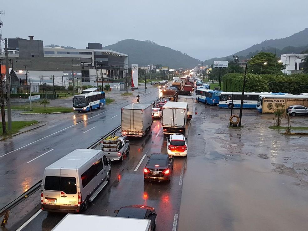Florianópolis registra muitos congestionamentos por caus ada chuva intensa  (Foto: Gito Rossi/NSC TV)