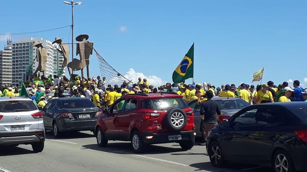 SÃO LUÍS, 10h: Manifestantes se concentraram na Praça do Pescador — Foto: Elbio Carvalho/TV Mirante