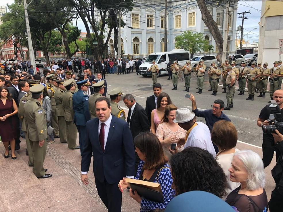 Paulo Câmara chega para cerimônia de posse — Foto: Pedro Alves/G1