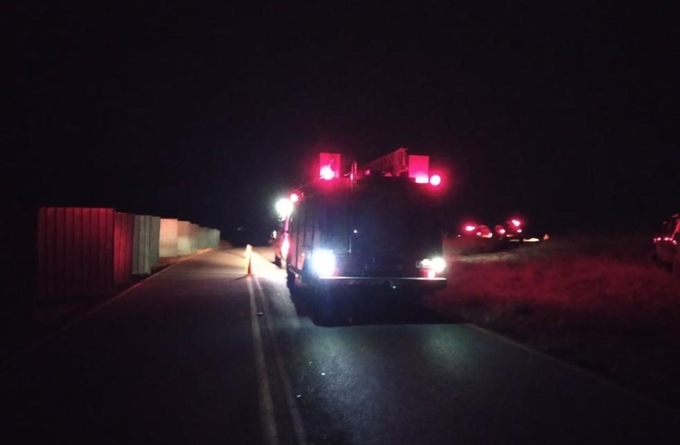 Imagens do momento do resgate do volante Henrique após acidente de carro — Foto: Reprodução