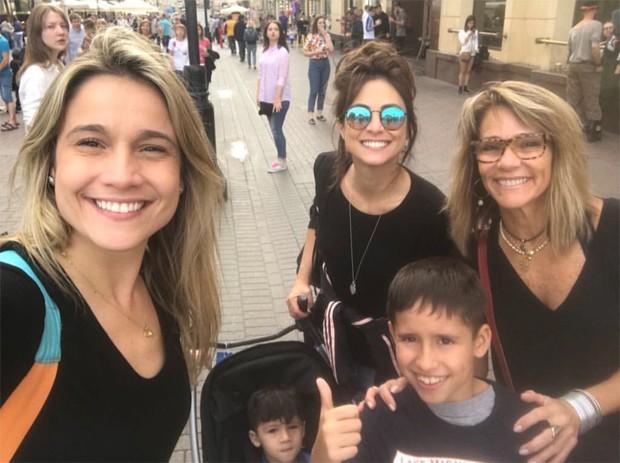 Fernanda Gentil com os filhos, a mãe e a namorada (Foto: Reprodução/Instagram)