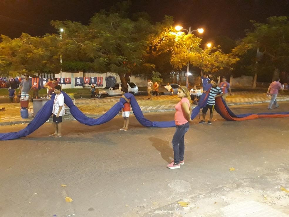 Bandeirão foi carregado por diversos torcedores (Foto: Beto Azambuja)