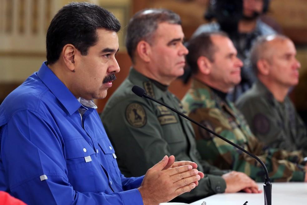 O presidente da Venezuela, Nicolás Maduro, ao lado do ministro da Defesa, Vladimir Padrino, no palácio presidencial de Miraflores, em Caracas, nesta terça (30). — Foto: HO / Venezuelan Presidency / AFP
