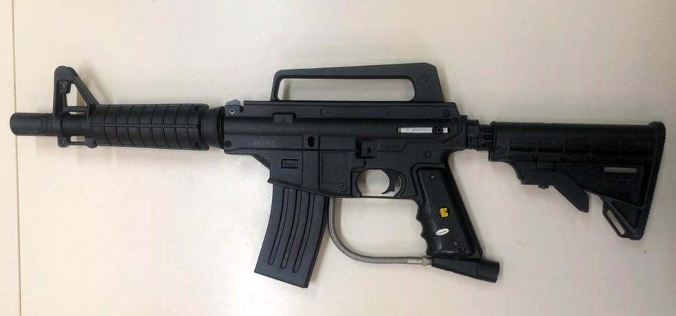 Polícia Civil encontra simulacro de fuzil na casa de Nego do Borel — Foto: Reprodução