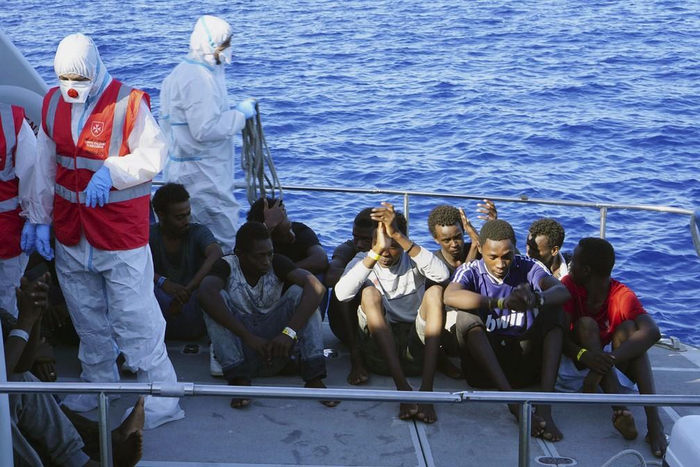 Migrantes menores de idade desacompanhados são desembarcados do navio humanitário Open Arms pela guarda costeira italiana, na ilha italiana de Lampedusa  — Foto: Francisco Gentico/AP