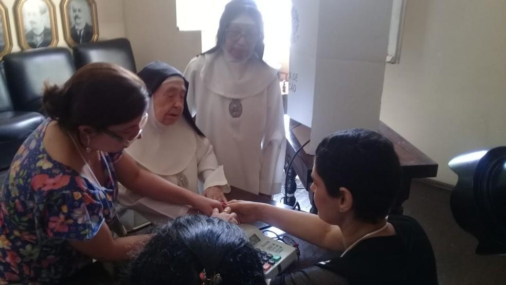 Freira Maria Antônia de Alencar, de 98 anos, votando em Uberaba — Foto: Basílio Magno/G1