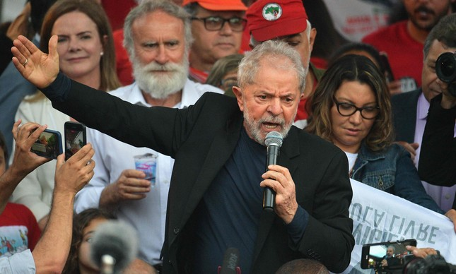 O ex-presidente Lula discursa para aliados em Curitiba