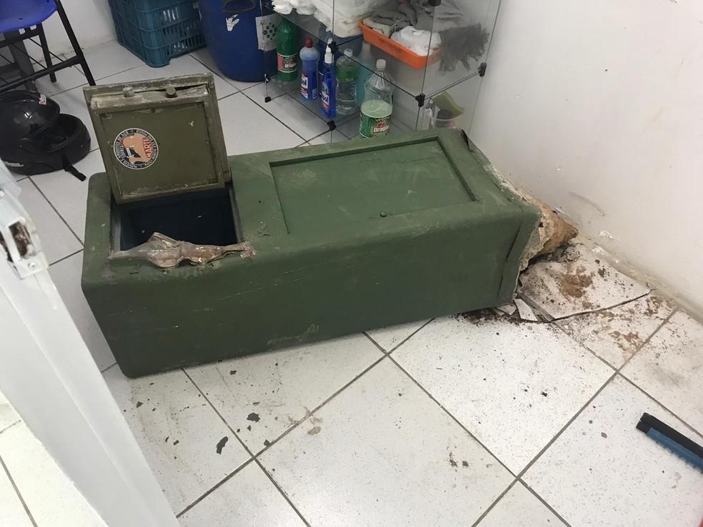 Cofre arrombado dentro de farmácia em São Gonçalo do Amarante, na região metropolitana de Natal.  — Foto: Kleber Teixeira/Inter TV Cabugi