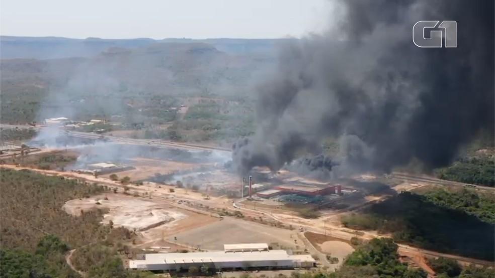 Imagem de drone mostra nuvem de fumaça em Palmas em área incendiada — Foto: Divulgação/Macelo DronePmwFilmes