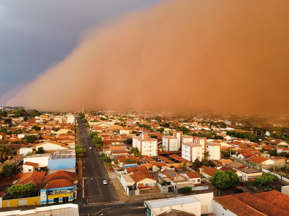 Nuvem e poeira em Frutal — Foto: Aline Carvalho/Aquivo Pessoal