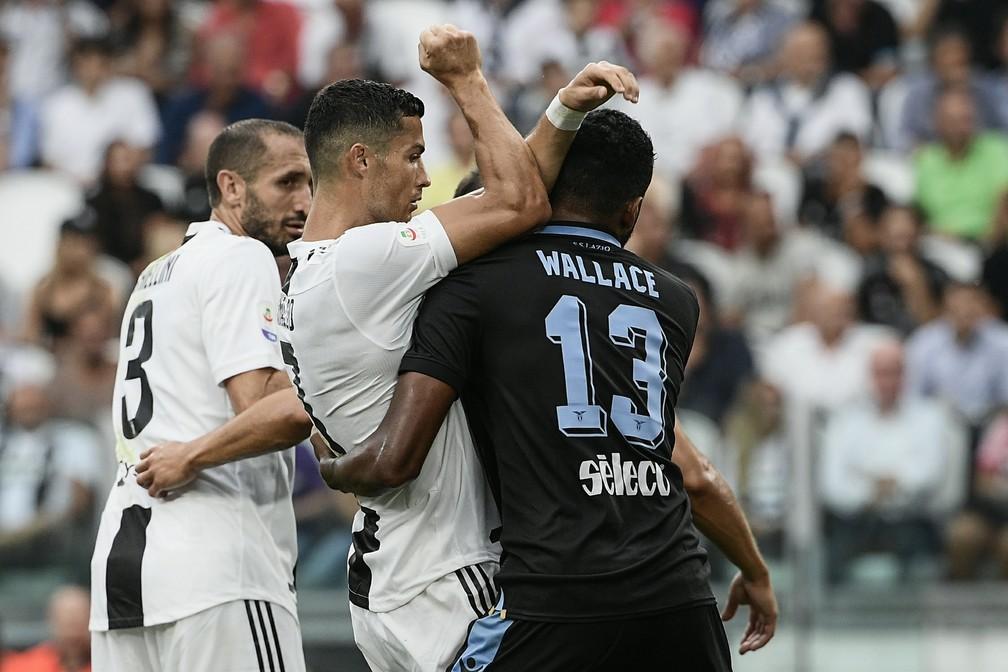 Wallace levou a sério a missão de colar em Cristiano Ronaldo (Foto: Filippo MONTEFORTE / AFP)