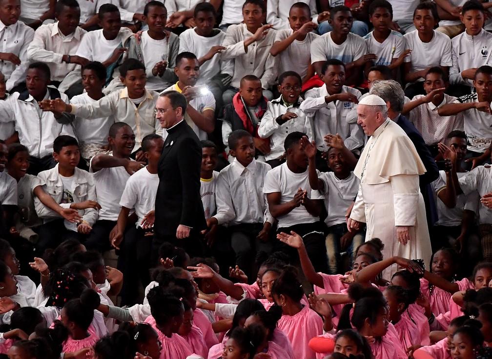 Papa chega a missa em Madagascar — Foto: AFP/Tiziana Fabi