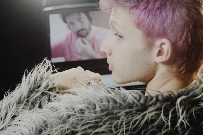 """Caio Caligari, heavy user de aplicativos de relacionamentos, é um dos personagens do primeiro episódio da segunda temporada de """"Outros Tempos"""". (Foto: Manoela Chiabai)"""