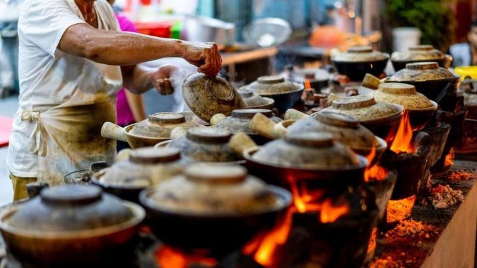 Os vendedores ambulantes de comida, antes onipresentes nas ruas, foram transferidos para centros cobertos com regulamentação de higiene — Foto: Jimmy Fam/Getty Images via BBC