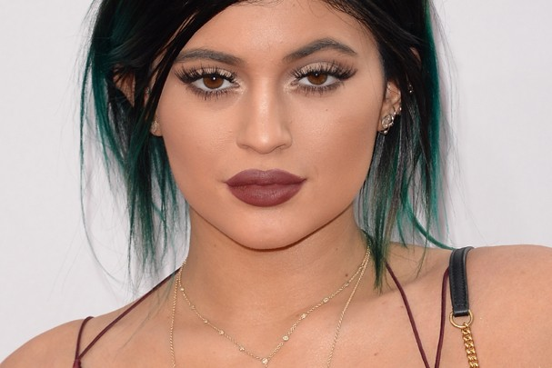 Cores marrons são as favoritas da Kylie Jenner (Foto: Getty Images)