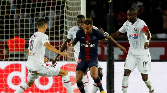Neymar cercado por três marcadores na vitória do PSG sobre o Caen