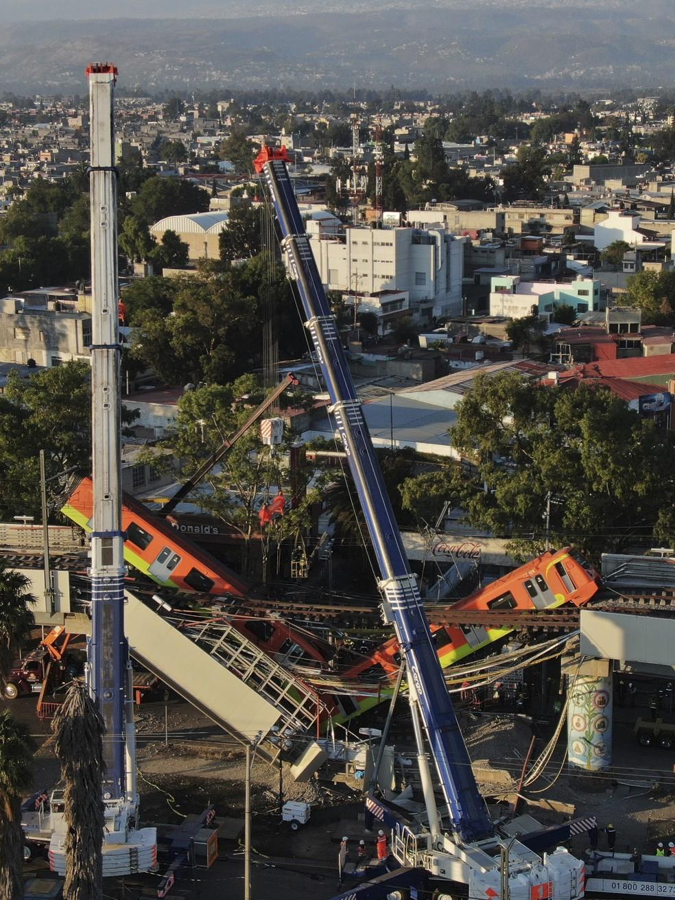Vista aérea dos vagões do metrô da Cidade do México pendurados após viaduto desabar e deixar dezenas de mortos e feridos — Foto: Fernando Llano/AP