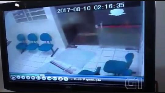 Servidor público destrói porta e invade delegacia em Casa Branca, SP; veja vídeo