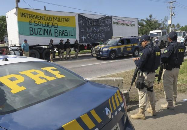 Greve - diesel - A Polícia Rodoviária Federal (PRF) determinou aos caminhoneiros que estão parados no acostamento da BR-040, em frente à Refinaria Duque de Caxias (Reduc), que retirem os caminhões. (Foto: Vladimir Platonow / Agência Brasil)
