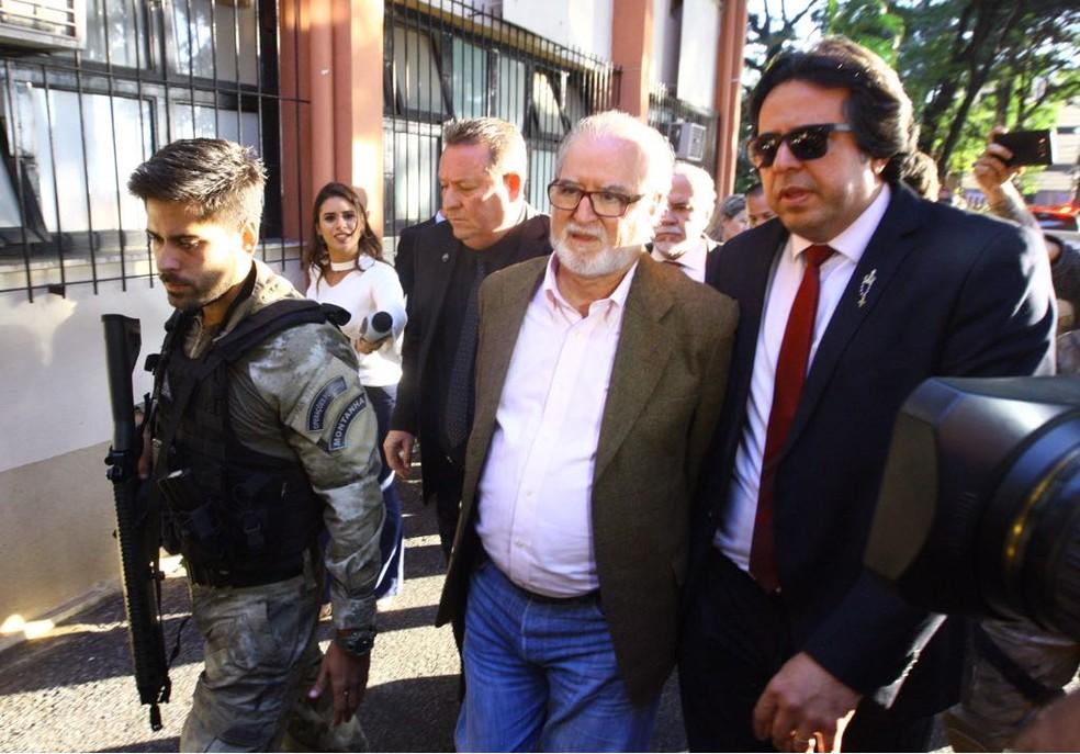 Ex-governador de Minas Gerais Eduardo Azeredo (PSDB) na chegada ao IML, para exame de corpo delito após a prisão. (Foto: Maurício Vieira/Hoje em Dia/Estadão Conteúdo)