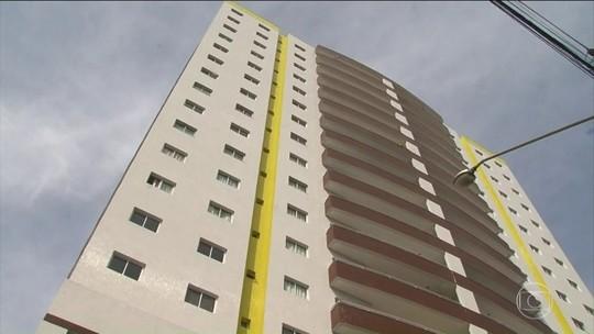 Marido subiu com corpo da mulher após queda do 4º andar, diz polícia