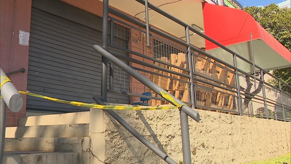 Entrada da pizzaria onde foi registrada a ocorrência, em Porto Alegre — Foto: Reprodução/RBS TV