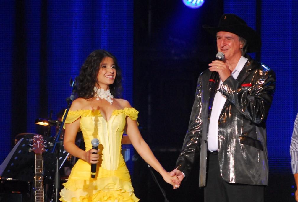 Paula Fernandes e Sérgio Reis no 'Emoções Sertanejas', programa em que Roberto Carlos recebeu artistas sertanejos em 2010 — Foto: TV Globo / Zé Paulo Cardeal