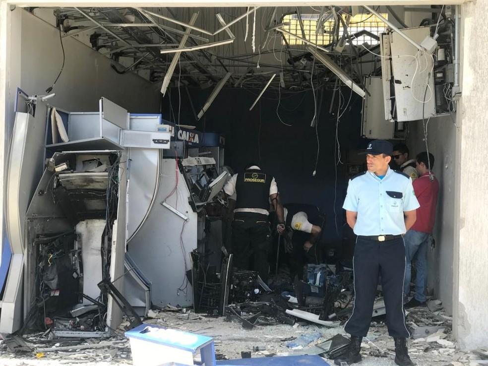 Explosão causou destruição no local e danificou lojas da galeria   — Foto: Michelle Rincon/Inter TV Cabugi