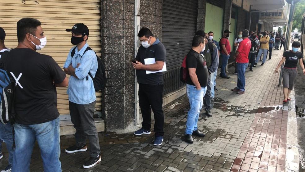 Candidatos fazem fila por vaga de emprego em São José dos Campos, cidade que mais fechou postos de trabalho — Foto: Pedro Melo/TV Vanguarda