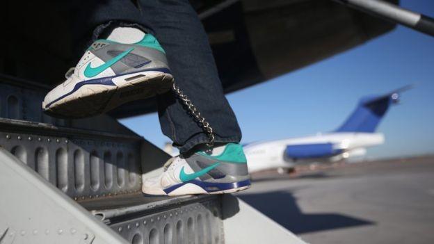 Companhias aéreas se negaram a transportar crianças migrantes separadas de seus pais (Foto: GETTY IMAGES)